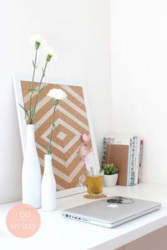 DIY Home deco with a cork frame and bottles painted in white with gesso - Déco Diy cadre en liège et bouteilles customisées au gesso blanc