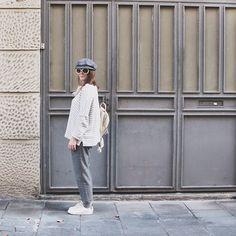 15-colgadas-de-una-percha-carla-kissler-abrigo-pelo-rosa-pink-fur-coat-rayas-grises-grey-stripes-mochila-backpack-bambas-trainers-cropped-pants-3