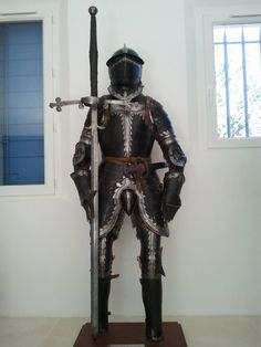 a Landsknecht officer (captain) infantry full armor, ca. 1560. They are described to wear a close combat katzbalger, as well as either an halberd/pike, or a two hand sword, as they were fighting on foot at the front ranks of their infantry company (fahlein), consisting of 400 landsknecht mercenaries. Only the colonel and the second in command, lieutnant colonel, were horsemen among landsknecht officers, hence the need for infantry armor.