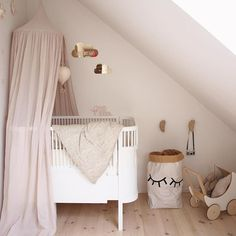 kidsinterior #interior2love #inspoforflickor #tellkiddo #babyroom #babyinterior #grocompany #nursery #camcam #børneværelse #barnerum #hagelens #kidsdecor #mittbarnerom #kidsinpiration #kinderzimmer #kidsroom #kiliseng #babyværelse #pigeværelse #nordickidsliving #numero74 #nurseryinspo #sebra #nurserydecor #oohnoo_official #finabarnsager #girlsroom #barnrum #babydecor