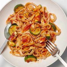 Fettuccine With Spicy Zucchini-Tomato Sauce - 7 Simple Spring Pasta Recipes - Health Mobile Tomato Sauce Recipe, Sauce Recipes, Pasta Recipes, Cooking Recipes, Zucchini Tomato, Asparagus, Vegetarian Recipes, Healthy Recipes, Simple Recipes