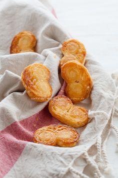 I ventagli di pasta sfoglia dolci sono dei biscottini che si preparano in maniera molto veloce e sono buonissimi. Servono solo due ingredienti!
