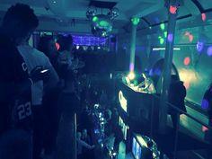 Tom se apresentando como DJ na boate Quids Inn, em Scarborough, na Inglaterra. (28 fev.) #2 #CoberturaTWBR
