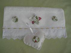 Lembrança p/ madrinha contendo 1 toalha de lavabo com bordado inglês e flor de fuxico,e 1 sache de coração com fuxico. R$ 43,11