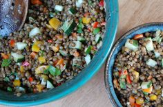 Simple Lentil Salad - 1 cup of lentils has a whopping 22 grams of protein and only 300 calories! This can be a good protein-packed snack to take when traveling. Lentil Recipes, Salad Recipes, Vegetarian Recipes, Healthy Recipes, Whole Food Recipes, Cooking Recipes, Dried Lentils, Lentil Salad, Le Diner