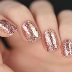 Manucure de Noël rose pailleté