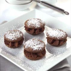 Pastelitos de chocolate Sweet Desserts, Sweet Recipes, Dessert Recipes, Spanish Desserts, No Sugar Foods, Sweet Bread, Mini Cakes, Chocolate Desserts, Cake Cookies