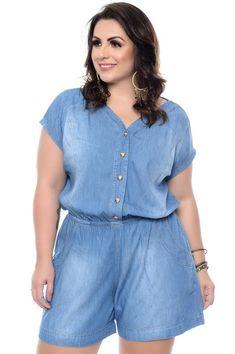 Macaquinho jeans confeccionado em viscose, gola v com fechamento em botões, elástico na cintura e bolsos frontais funcionais. Primeira Troca Grátis! Plus Size Jeans, Plus Size Shirt Dress, Look Con Short, Modelos Plus Size, Moda Plus Size, Plus Size Fashion, Jumper, Clothes For Women, Shirts
