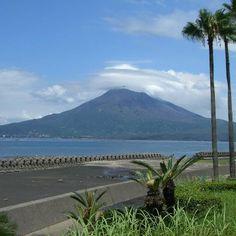 桜島( 江口 賢一さんの写真より)/Sakurajima, an active volcano in Kagoshima Prefecture.
