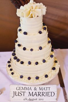 berry classic wedding cake, image by Olliver Photography