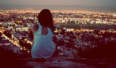 chica mirando la ciudad