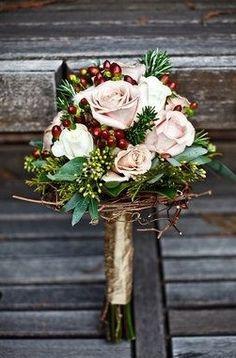Bouquet invernale di rose e bacche - Mi sposo e non mi svenoMi sposo e non mi…