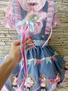 Vestido de quadrilha fazendinha rosa saia com anágua de tule Pode ser adaptado para vários temas Vestidos Country, Country Dresses, Cute Costumes, Girl Costumes, Halloween Costumes, Baby Girl Dresses, Little Dresses, Fashion Kids, Pretty Little Dress