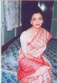 In 1995 Aishwariya Rai was seen in Assamese ethnic wear at Dibrugarh circuit house. She was there to promote Assam Silk. She looks so beautiful Aishwarya Rai Pictures, Aishwarya Rai Photo, Actress Aishwarya Rai, Aishwarya Rai Bachchan, Bollywood Actress, Assam Silk Saree, Pakistani Bridal Wear, Bridal Sarees, Simple Sarees