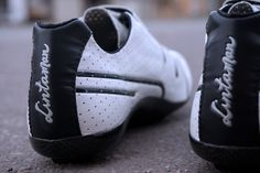 Lintaman Climber cycling shoes. It doesn't get any lighter than these. Very comfortable too. With three velcro straps. Might be old-fashioned but it's still lighter than everything else. We got to test a pair, click the image for review.  | Racefietsblog.nl