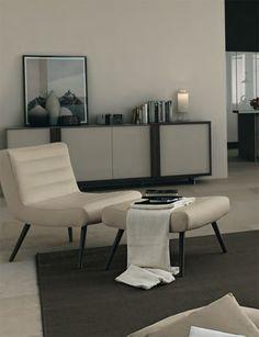 Poltrona modello Delica by FEBAL CASA.  Una poltrona dal design inaspettato e dall'ampia seduta che trova nel poggiapiedi il suo naturale proseguimento. Le gambe sono disponibili in tre colori (giallo, grigio o marrone)