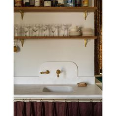We are fervent admirers of Reath Design, the LA-based interior design studio founded by Frances Merrill. This past September, we shared their latest comple Kitchen Fan, Kitchen And Bath, Kitchen Small, Kitchen Drawer Handles, Brass Shelf Brackets, 1920s House, Mediterranean Style Homes, Elegant Kitchens, Interior Design Studio