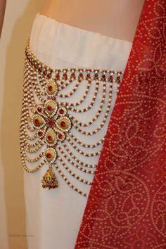 indian hip chain for saree - Google Search Hippie Accessories, Bridal Accessories, Bridal Jewelry, Saree With Belt, Saree Belt, Gold Waist Belt, Waist Belts, Anklet Designs, Wedding Dresses For Girls