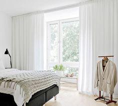 Gardintricket Var generös med textilierna om du bor i nybyggt. Sätt en gardinskena i taket och fyll en hel vägg med gardiner från golv till tak, från vägg till vägg, även om fönstret är mindre än så. Det dämpar ljudet och skapar en känsla av rymd.