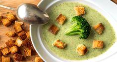 Brokkoli krémleves recept: Ez egy egyszerű, és isteni finom leves. A pirított zsemlekockák különlegessé teszik az egyébként is kiváló brokkoli krémleves ízét!