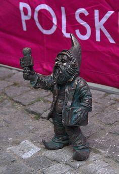 Trójkuć Wywiadek - krasnal radiowej Trójki odsłonięty 17 kwietnia 2015 r., Bulwar Tadka Jasińskiego, przy kładce Radiowej Trójki; autor: Beata Zwolańska–Hołod
