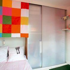 Dans la chambre, un placard aux portes transparentes