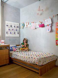 A menina Sofia curte seu quarto, que tem espaço de sobra para expor de desenhos a fotos (Foto: Edu Castello/Editora Globo)