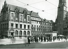 Południowa pierzeja bloku środkowego, stan po modernizacji sukiennic i sąsiednich kamienic. Rok 1926 Old Photographs, Old Photos, Travel Abroad, Beautiful Buildings, Poland, Old Things, Germany, Street View, Black And White