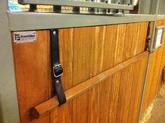 Beridna Högvakten i Stockholm - Veterinären på K1 nekade täckeshängare på boxdörrarna, dvs dom vanliga järnbågarna. Men den här varianten med en trä ribba och läderband godkändes av veterinären.