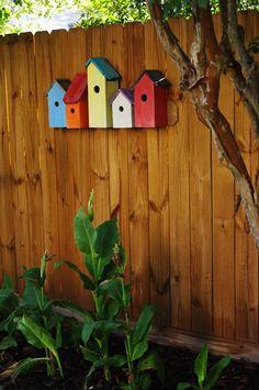 5 Creative and Cheap Garden Fence Decor Ideas Bird House Feeder, Bird Feeders, Wooden Decor, Wooden Diy, Garden Crafts, Garden Projects, Wood Projects, Garden Ideas, Cheap Garden Fencing