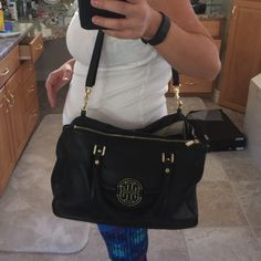Tory burch Amanda crossbody Beautiful bag.  This is a re posh.  Great condition. It's authentic.  Please make me an offer Tory Burch Bags Crossbody Bags