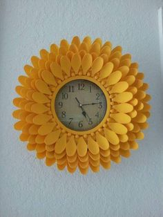 Best 11 Sunflower spoon Decoration – Page 291889619598837338 – SkillOfKing. Diy Craft Projects, Diy Home Crafts, Craft Stick Crafts, Crafts To Make, Plastic Spoon Crafts, Plastic Spoons, Plastic Silverware, Plastic Ware, Mirror Crafts