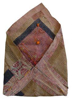 Un beau petit mouchoir ancien, transformé en enveloppe, pourrait te servir?