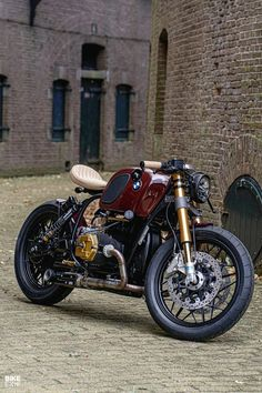 Four-valve heads, Nikasil barrels, electronic ignition and more: this custom airhead from Holland is not your standard BMW cafe racer. Bmw Cafe Racer, Style Cafe Racer, Cafe Racer Build, Motos Yamaha, Cafe Racer Motorcycle, Bmw Motorcycles, Motorcycle Style, Custom Motorcycles, Motorcycle Quotes