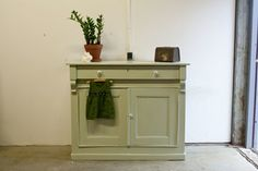 Robuuste lichtgroene vintage commode - Firma Zoethout
