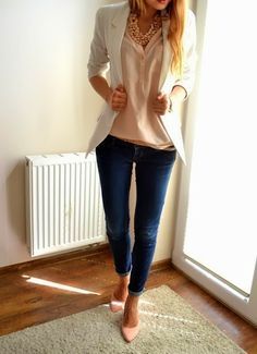 Business outfit with white blazer, rolled up jeans and pumps