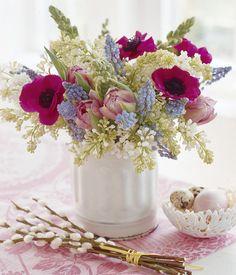 Frühlingsstrauß aus Anemonen, Traubenhyazinthen und Tulpen -