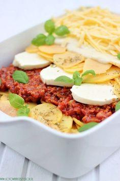 Gdyby w daniu tym zamiast ziemniaków znalazł się makaron, byłby to przepis na moją ulubioną lazanię. Ale tym razem, postanowiłam przygotować ziemniaczaną zapiekankę na wzór tego włoskiego dania. Ważne jest, My Recipes, Cooking Recipes, Favorite Recipes, Lazania Recipe, Squash Zucchini Recipes, Potato Lasagna, Four, International Recipes, Recipe Collection