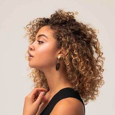 The 10 Most Beautiful Jewelry Brands Empowering Global Artisans – Sustainable Jewelry – Jewelry Blonde Curly Hair Natural, Curly Balayage Hair, Blonde Highlights Curly Hair, Short Curly Hair Black, Ombre Curly Hair, Brown Curly Hair, Colored Curly Hair, Beyonce Curly Hair, Natural Hair Highlights