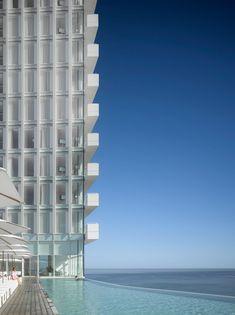 Em Gangneung, na Coréia do Sul, acaba de ser inaugurado o Seamarq Hotel, com projeto do arquiteto americano Richard Meier. A cidade está próxima de Pyeongchang, que vai sediar os ver mais