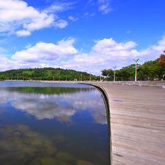 NANJIDO SKYPARK  /난지도 하늘공원      1987년부터 1993년까지, 15년 동안 도심의 쓰레기가 모여들어 거대한 쓰레기 산을 이루었던 난지도. 2002 월드컵과 새 천년을 기념하기 위해   서울 서쪽에 위치한 난지도 쓰레기매립장을 안정화하면서 3,471,090㎡의 면적으로 조성된 대규모 환경생태공원이다. 많은 사람들에게 꿈을 심어다준 장소이기도 하다. 다 죽어가던 쓰레기 매립지를 많은 동식물들이 서식할 수 있는 공간을 만들었으니, 데이트장소로도 각광받고 있는 난지도의 하늘공원.  날씨가 화창한 가을이 오면 난지도로 향하고 싶다.    서울 마포구 상암동 482번지  >Published by www.notbooth.com