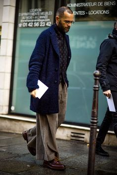 Paris Fashion Week Women's street style: See the best-dressed men representing for our sex at the women's catwalk shows in Paris. Best Men's Street Style, Indie Fashion, Paris Fashion, Men's Fashion, Fashion Shirts, Fashion Tips, Best Dressed Man, Mens Fashion Week, Men Street