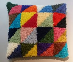 Produkten Jubileumskudden, ryakit säljs av Svensk Hemslöjd i vår Tictail-butik.  Tictail låter dig skapa en snygg nätbutik helt gratis - tictail.com Rya Rug, Textiles, Cosy, Throw Pillows, Blanket, Rugs, Crochet, Crafts, Inspiration