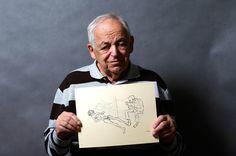 Lajos Erdelyi, 87 ans, tient un dessin réalisé par un déporté, alors qu'il pose pour un portrait à Budapest le 13 janvier 2015. Lajos Erdelyi a été déporté à Auschwitz-Birkenau en mai 1944 et a ensuite été déplacé vers un autre camp. Lorsqu'il a été libéré, il pesait moins de trente kilos, mais a essayé de marcher jusqu'à chez lui. Il s'est effondré et a été conduit à l'hôpital par un fermier.