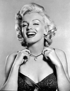 Marilyn Monroe Acaban de cumplirse 51 años de su muerte y su look sigue siendo todo un icono: los rizos rubio platino con labios rojos se asocian invariablemente a Marilyn Monroe, a pesar de que su cabello natural era castaño y pasó toda su carrera tiñéndolo a base de peróxido.