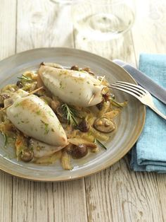 Icelandic recipes - Squid stuffed with mushrooms. Seafood Dishes, Fish Dishes, My Favorite Food, Favorite Recipes, Fish Recipes, Healthy Recipes, Gula, Portuguese Recipes, Restaurant Recipes