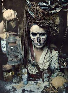 gruselige Piratin mit Totenkopf-Gesicht