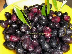 Greek Kalamata Olives - Tante Kiki: Ελιές Καλαμών χαρακωτές ή χαραγμένες αλλά και τσακιστές Greek Olives, Kalamata Olives, Marinated Vegetables, Food Substitutions, Stone Fruit, Greek Recipes, Fruit Trees, Food To Make, Blueberry