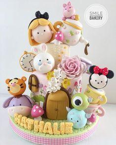 Disney fondant cake Winnie Pooh, Mickey Mouse, Alice in Wonderland Fondant Girl, Fondant Cupcakes, Fun Cupcakes, Cupcake Cakes, Birthday Desserts, Birthday Cake Girls, Birthday Cupcakes, Cake Mix Muffins, Mickey Mouse Cupcakes