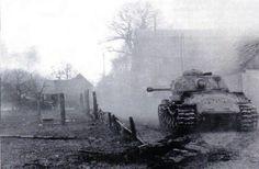 Char lourd soviétique IS-2, 4 bataillon de chars lourds, ont tiré à bout portant contre les positions allemandes dans la ville de Miroslawiec, 1er mars 1945. Soviet heavy tank IS-2, 4 Heavy Tank Battalion, fired at close range against German positions in the town of Miroslawiec, March 1, 1945.